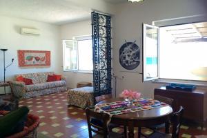 Wohnzimmer mit Klimaanlage und WLAN-Internet