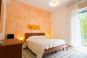 Schlafzimmer mit Doppelbett und Zugang zur Terrasse
