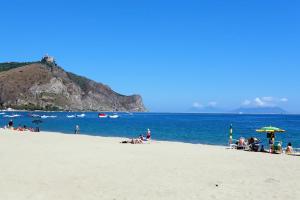 Der Sandstrand mit Blick auf das Felsenkloster, das Naturschutzgebiet und die Äolischen Inseln