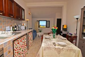 Wohnküche mit Meerblick und Esstisch