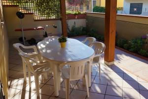 Terrasse mit Gartenmöbeln und Sonnenschutz
