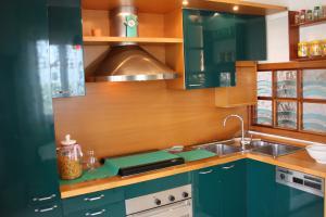 Komplett ausgestattete Küche mit Geschirrspüler