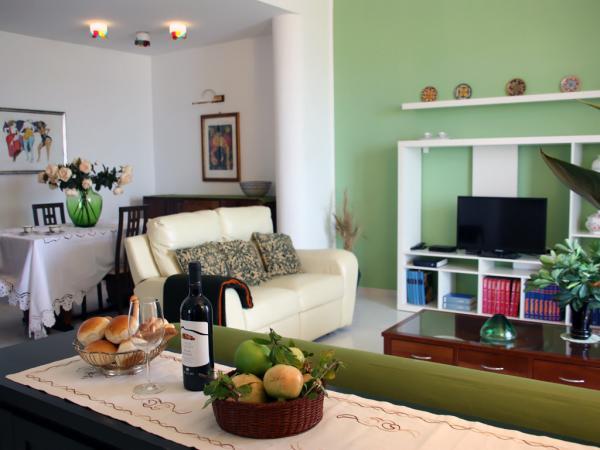 Wohnzimmer mit SAT-TV, WLAN-Internet und Esstisch