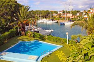 Blick auf den Pool und dem Yachthafen