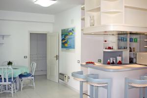 Küche mit Tresen und Esstisch