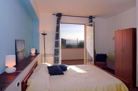 Schlafzimmer mit Balkon und Blick auf das Meer