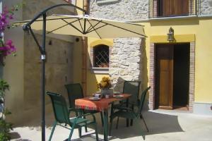 Die Terrasse mit Sonnenschirm und Gartenmöbeln