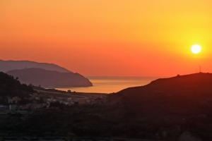 Sonnenuntergang über Rodi Milici in Sizilien