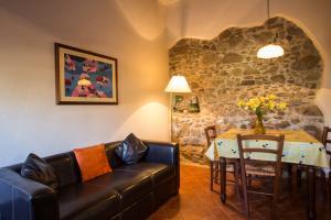 Wohnküche der Ferienwohnung mit Sofa und Esstisch