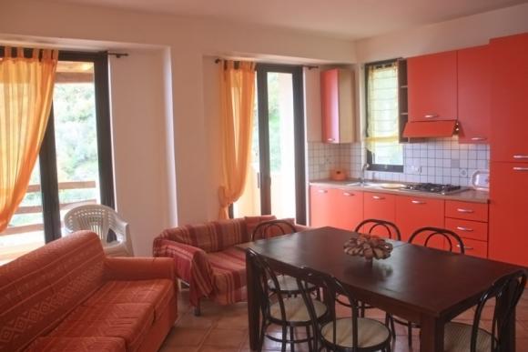 Das Wohnzimmer mit offener Küche