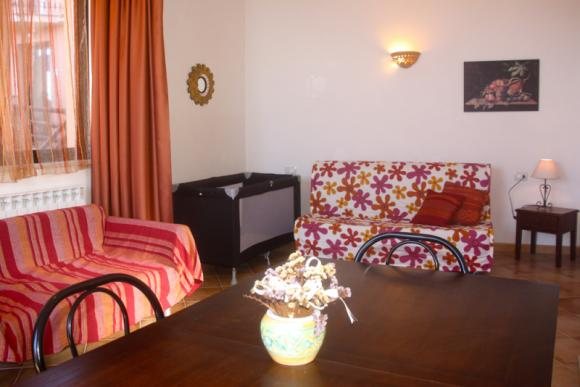 Das Wohnzimmer mit Esstisch und Schlafsofa