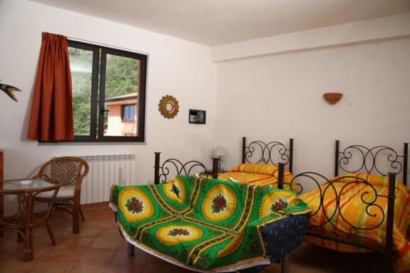 Schlafzimmer mit Doppelbett bzw. zwei Einzelbetten