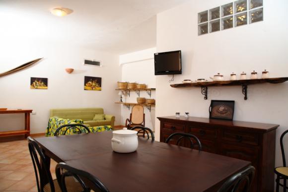 Das Wohnzimmer mit SAT-TV und WLAN-Internet