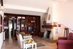 Gemütliches Wohnzimmer mit Kamin