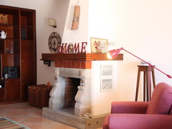 Wohnzimmer mit Kamin und gemütlichem Sessel