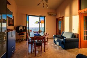 Wohnzimmer mit SAT-TV, WLAN und Klimaanlage