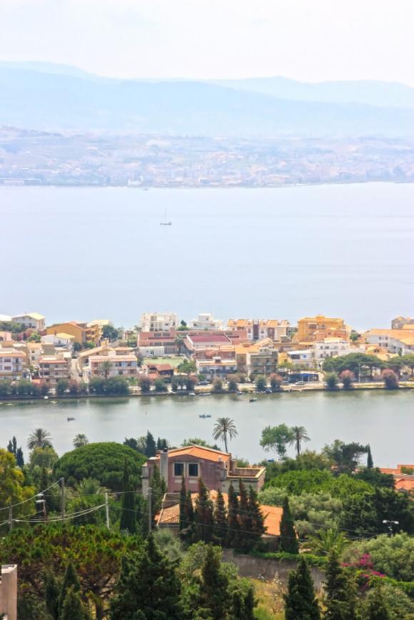 Aussicht auf den Lago di Ganzirri, die Strasse von Messina und bis nach Kalabrien