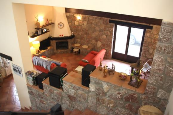 Wohnzimmer mit Kamin und HIFI-Anlage mit Schallplattenspieler