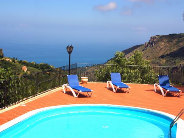 Der Pool mit Panoramablick auf das Meer