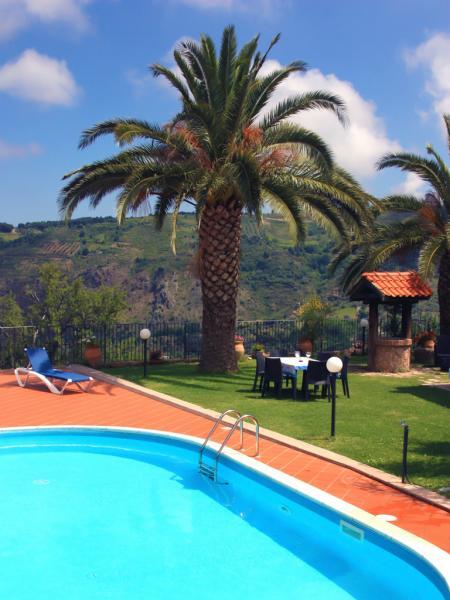 Privater Pool mit Sonnenliegen und Meerblick