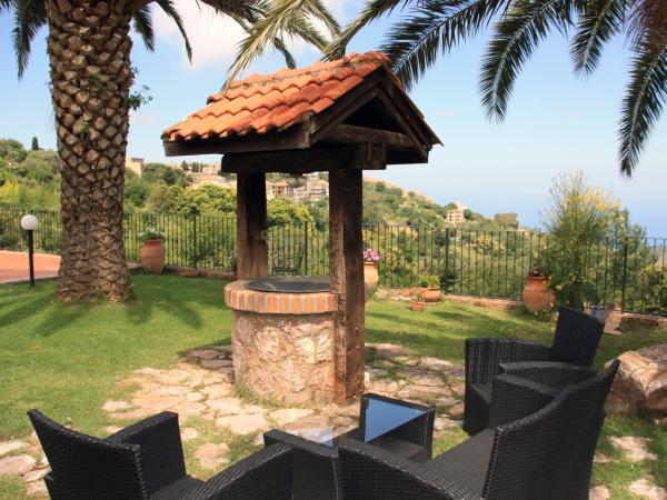 Sitzmöglichkeiten im Garten mit Meerblick