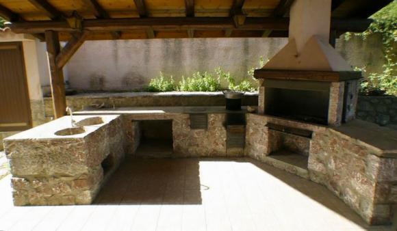 Grillplatz mit Holzkohlegrill