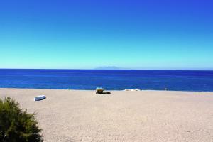 Strand mit Blick auf die Äolischen Inseln