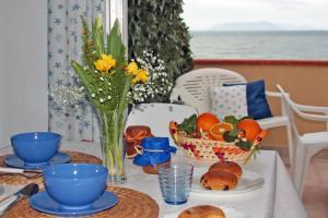 Esstisch mit Blick auf das Meer und die Äolischen Inseln