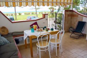 Terrasse mit Sitzecke und Esstisch