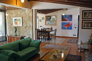 Wohnzimmer mit Kamin und SAT-TV und angrenzender, offener Küche