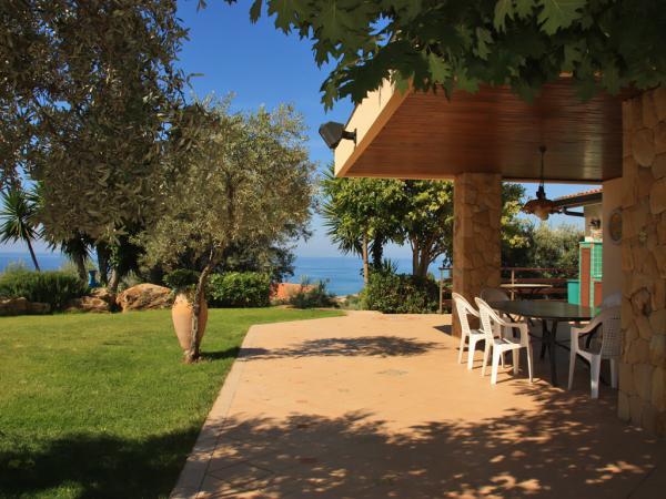 Terrasse mit Meerblick und Garten mit englischem Rasen