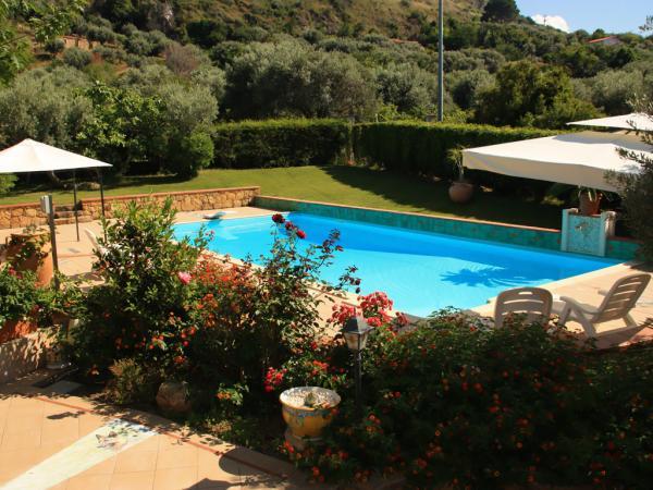 Garten mit privatem Pool und Sonnenliegen