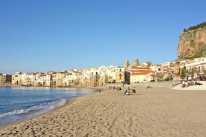 Der Sandstrand von Cefalù in Sizilien