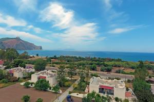 Blick die Villa Ioanda, das Felsenkloster von Tindari und auf die Äolischen Inseln