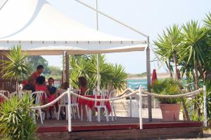Mehrere Strandbars befinden sich nur ein paar hundert Meter entfernt