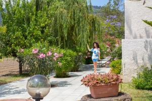 Grüner Garten auf der Rückseite der Villa Iolanda