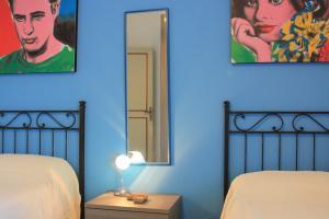 Schlafzimmer mit 2 Einzelbetten und Zugang zur Terrasse