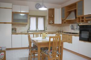 Wohnküche mit Kühlschrank, Gasherd und Esstisch