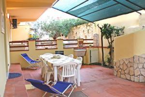 Terrasse mit Grill, Gartenmöbeln, Sonnenliegen und Außendusche