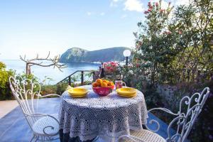 Esstisch auf der Terrasse mit fantastischem Meerblick