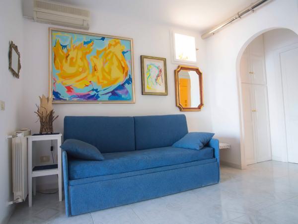 Wohnküche mit Schlafsofa und Klimaanlage