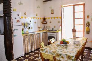 Komplett ausgestattete Küche mit Esstisch