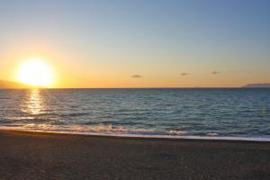 Sonnenuntergang am Strand mit Blick auf die Äolischen Inseln