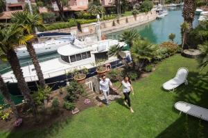 Garten der Villa Rosa direkt am Kanal