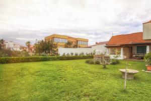 Garten mit Terrasse hinter dem Haus