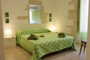 Schlafzimmer mit Doppelbett und Balkon