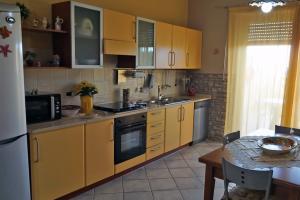 Die offene Küche mit Esstisch, Kühlschrank und Geschirrspüler