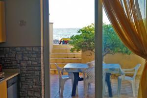 Blick von der Wonhküche zur Terrasse am Meer