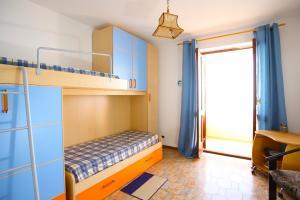 Schlafzimmer mit Etagenbett und Extrabett