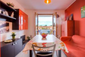 Wohnküche mit Blick auf den Balkon